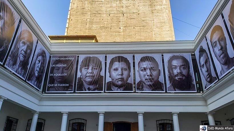 Habitantes pré-colombianos no Museu Chileno de Arte Pré-colombiana em Santiago