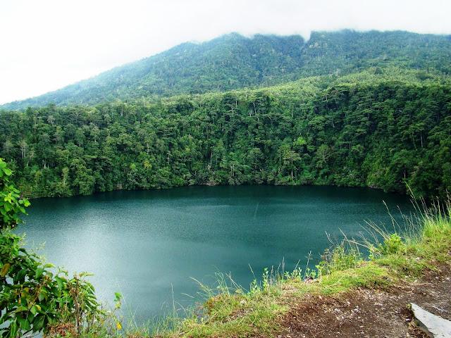 Air tawar di Danau Tolire Besar