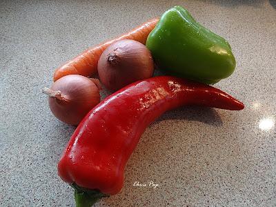 Κοκκινες παρασινες πιπεριες και κρεμυδια