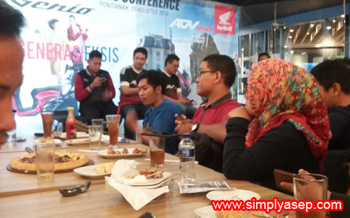 SANTAI : Beginilah keceriaan hang out di Pizza Hut lantai 2 Mega Mall Pontianak bersama para blogger dan Jurnalis Kalbar. Foto Asep Haryono