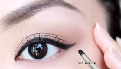 كيفية وضع الكحل للعيون اللوزية