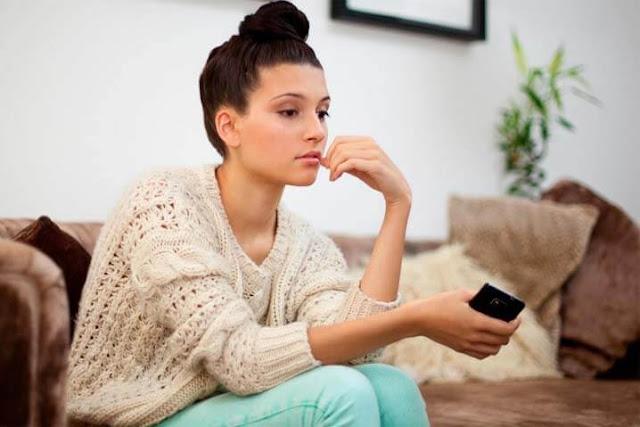 Mujer sentada preguntandose porque su novio no quiere algo serio