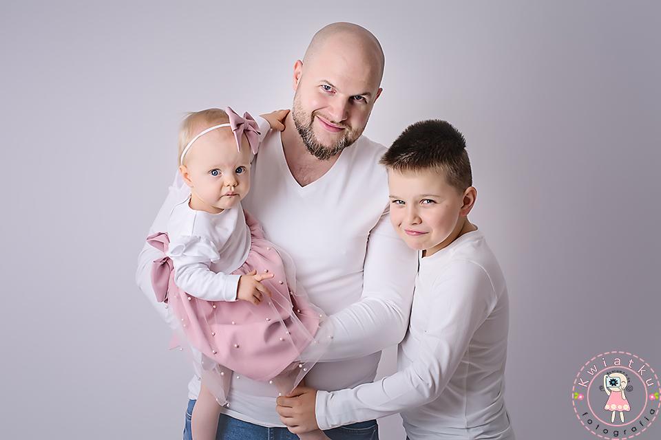 Tata z córeczką i synem