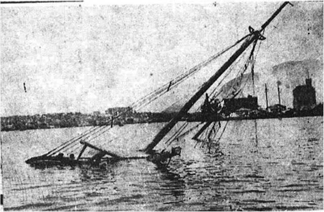"""1 Ιουλίου 1937 - Το ιστιοφόρο """"Άγιος Σπυρίδων"""" βυθισμένο εντός του λιμένα Πειραιά."""