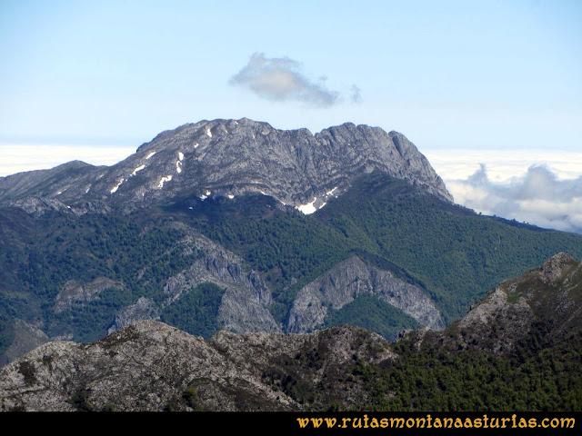 Ruta Les Rapaines, Lago Ubales, Cascayón: Vista del Tiatordos desde Les Rapaínes