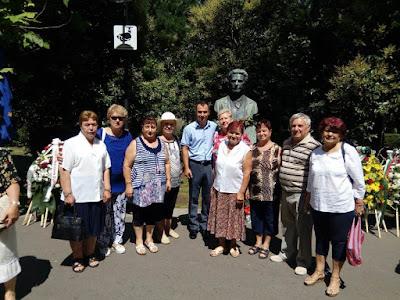 Стефан Колев с тракийцки пред паметника на Левски
