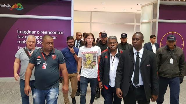 Filipe Luís chega com camisa do Iron Maiden e causa polêmica