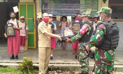 Satgas Yonif 512 Bagikan Buku dan Tas di Perbatasan Papua