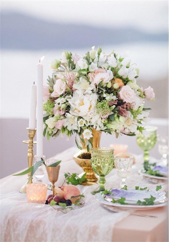 boda en Santorini con sencillo glamour mesa con flores chicanddeco
