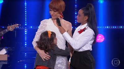 Babi Xavier recebe abraço emocionado da filha, Cinthia, após eliminação no reality Popstar — Foto: Reprodução/Globo