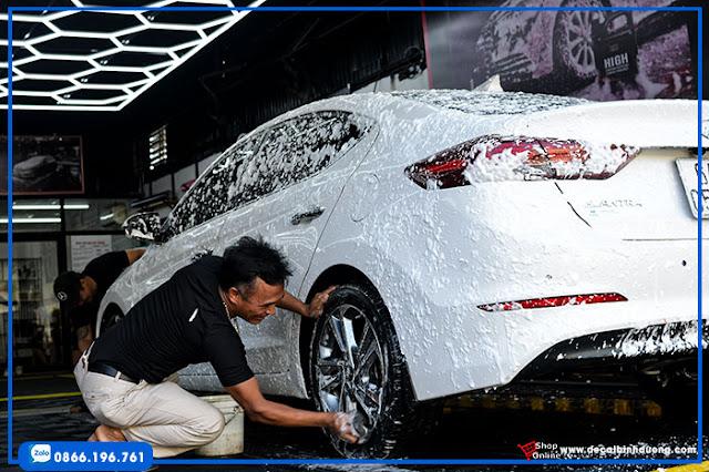 rua-xe-hoi-ve-sinh-o-to-toan-dien-car-wash
