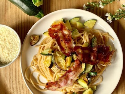 Spaghetti di grano saraceno alle zucchine, pancetta e pecorino romano