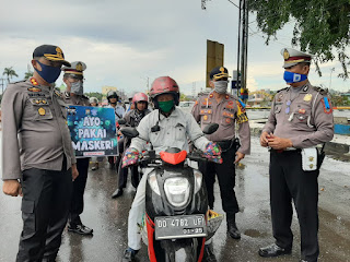 Operasi Keselamatan Lipu, Kapolres Pangkep Bagikan Masker ke Pengendara