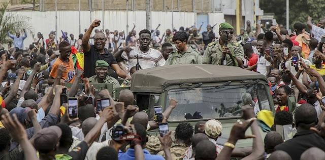 Mali dilanda kekacauan. Presidennya, Ibrahim Boubacar Keita dan Perdana Menteri Beoubou Cisse serta anggota kabinet ditahan oleh para tentara yang memberontak
