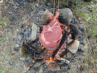 Overlanding and fantastic natural campfires and delicious tomahawk steak around the campfire while wildcamping. What a beautiful vanlife!