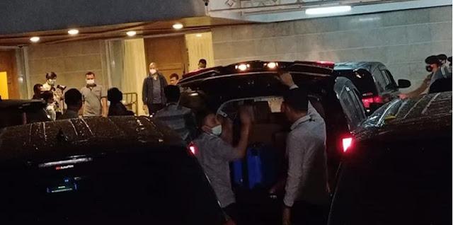 Dua Jam Geledah Rumah Dinas Wakil Ketua DPR RI Azis Syamsuddin, Penyidik KPK Tenteng Dua Koper