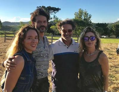 Os atores Áurea Maranhão, Álamo Facó e Luiz Carlos Vasconcelos com a diretora Amora Mautner, nos bastidores de 'A Dona do Pedaço' — Foto: Veronica Ruiz