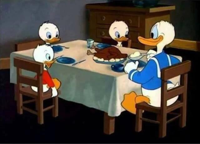 Eles são aves e estão comendo o semelhante