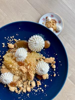 Dessert à l'assiette : compotée pommes-poires, caramel au beurre salé framboises-cannelle, streusel aux amandes et chantilly vanillée.