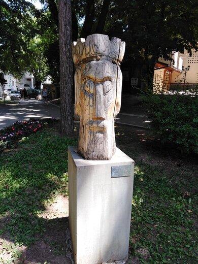 drvena statua župan park sokobanja