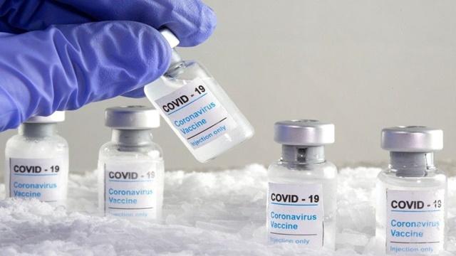 Vacina de Oxford e da Pfizer reduzem em 90% internação de idosos acima de 70 anos após aplicação da primeira dose