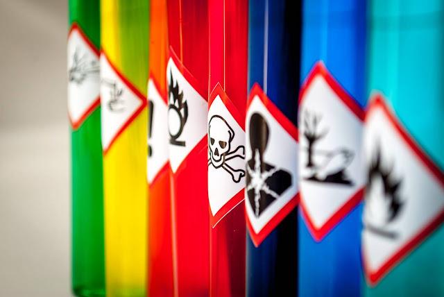 produits toxiques en entrepôt, signalisation