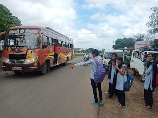 आईटीआई से धामनोद तक आने के लिए बसें फिर नहीं रुक रही छात्र हो रहे परेशान