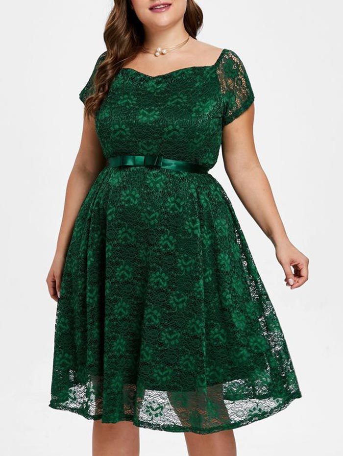 Vestido plus size curto de festa de renda na cor verde, com um cinto em laço de cetim na cintura