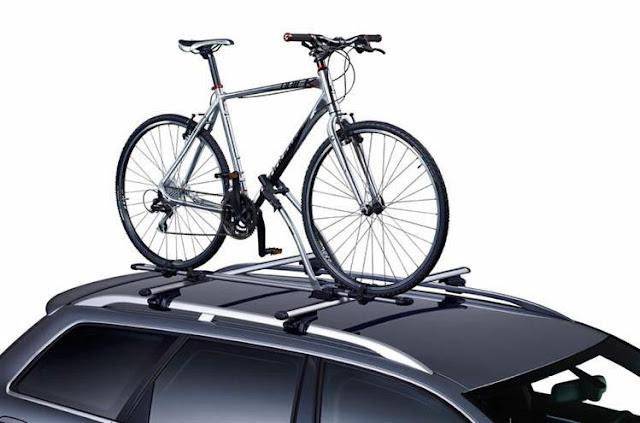 Bagażnik rowerowy na dach z zamontowanym rowerem