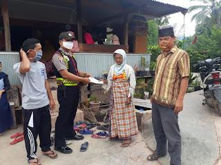 Bhabinkamtibmas Polsek Curio Dampingi Kepala Desanya Salurkan BLT DD Gelombang 2 Tahap 1