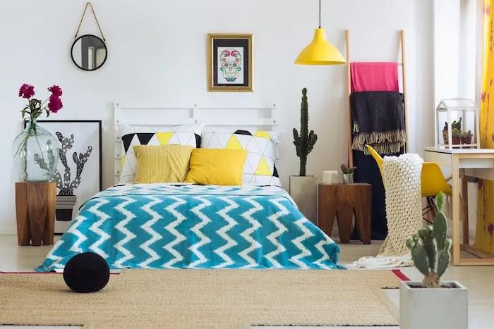 Cama con mesitas con troncos de madera, cuadros, escalerillas y lámparas de colores