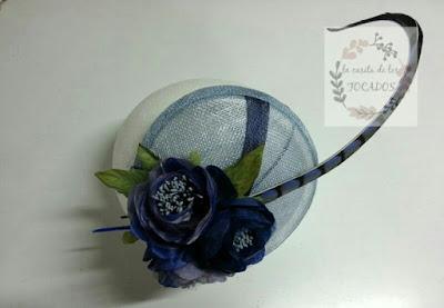 tocado para boda con flores, y pluma de faisán en varios tonos de azul