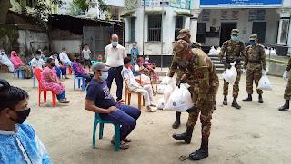 দিনাজপুরে বাক প্রতিবন্ধী শিশুদের মাঝে  সেনাবাহিনীর খাদ্যসামগ্রী বিতরণ