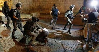 اشتباكات بين المصلين الوافدين إلى المسجد الأقصى وقوات الاحتلال عند باب الأسباط