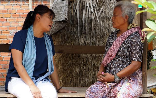 Kattiamoni Huy en discussion avec une autre survivante, à Siem Reap