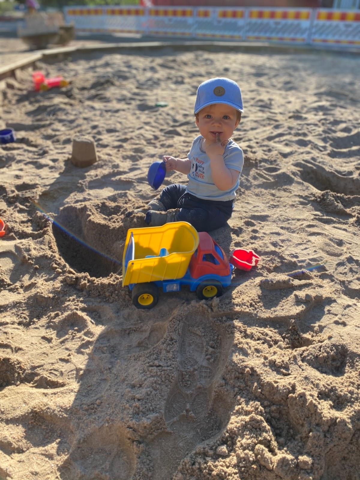 9kk vauva tykkää istua hiekkalaatikolla