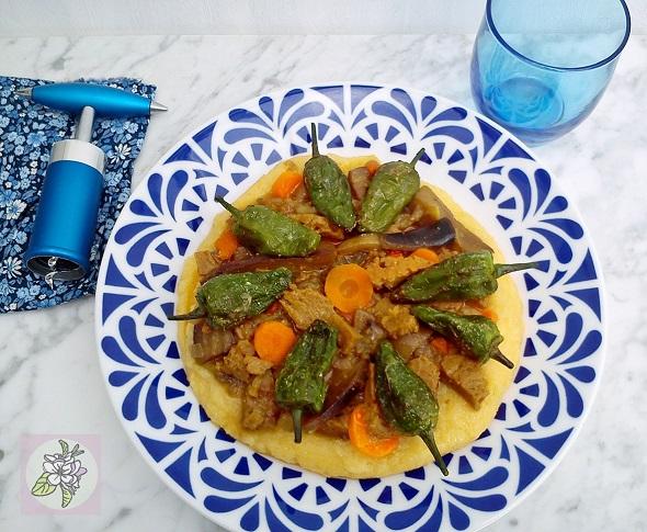 Polenta con Berenjena y Seitan y con Pimientos de Padrón. Receta Vegana.