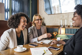 ritual minum kopi di rumah atau di luar rumah bersama sahabat maupun rekan kerja