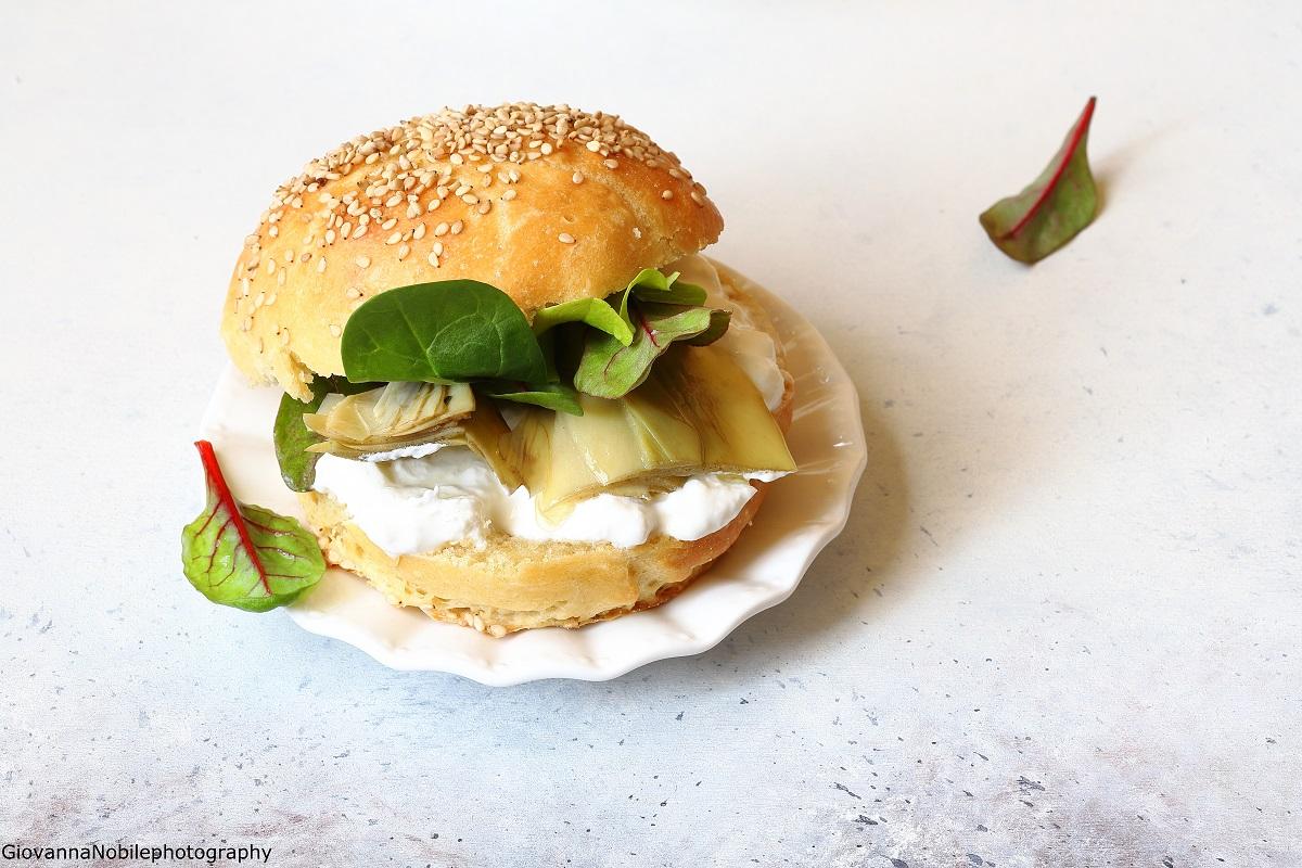 Brioche con carciofini, insalata e stracciatella