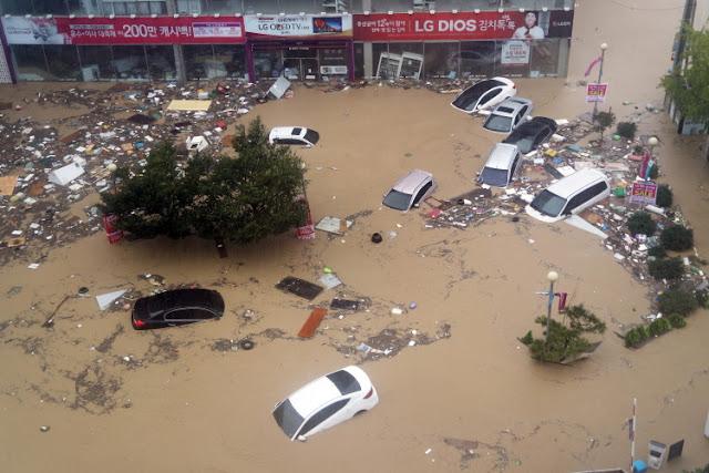 Coches y basura en una calle inundada en Corea del Sur