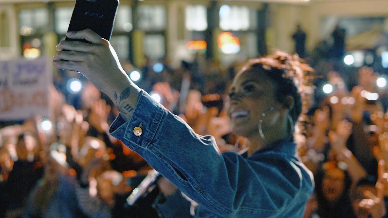 Demi Lovato tirando fotos com fãs