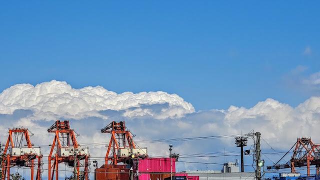 海沿いの積乱雲