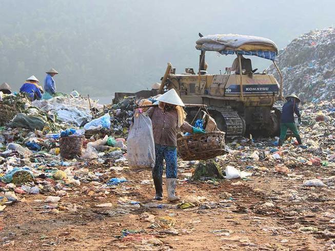Đà Nẵng bố trí phương tiện bảo hộ cho công nhân tại bãi rác