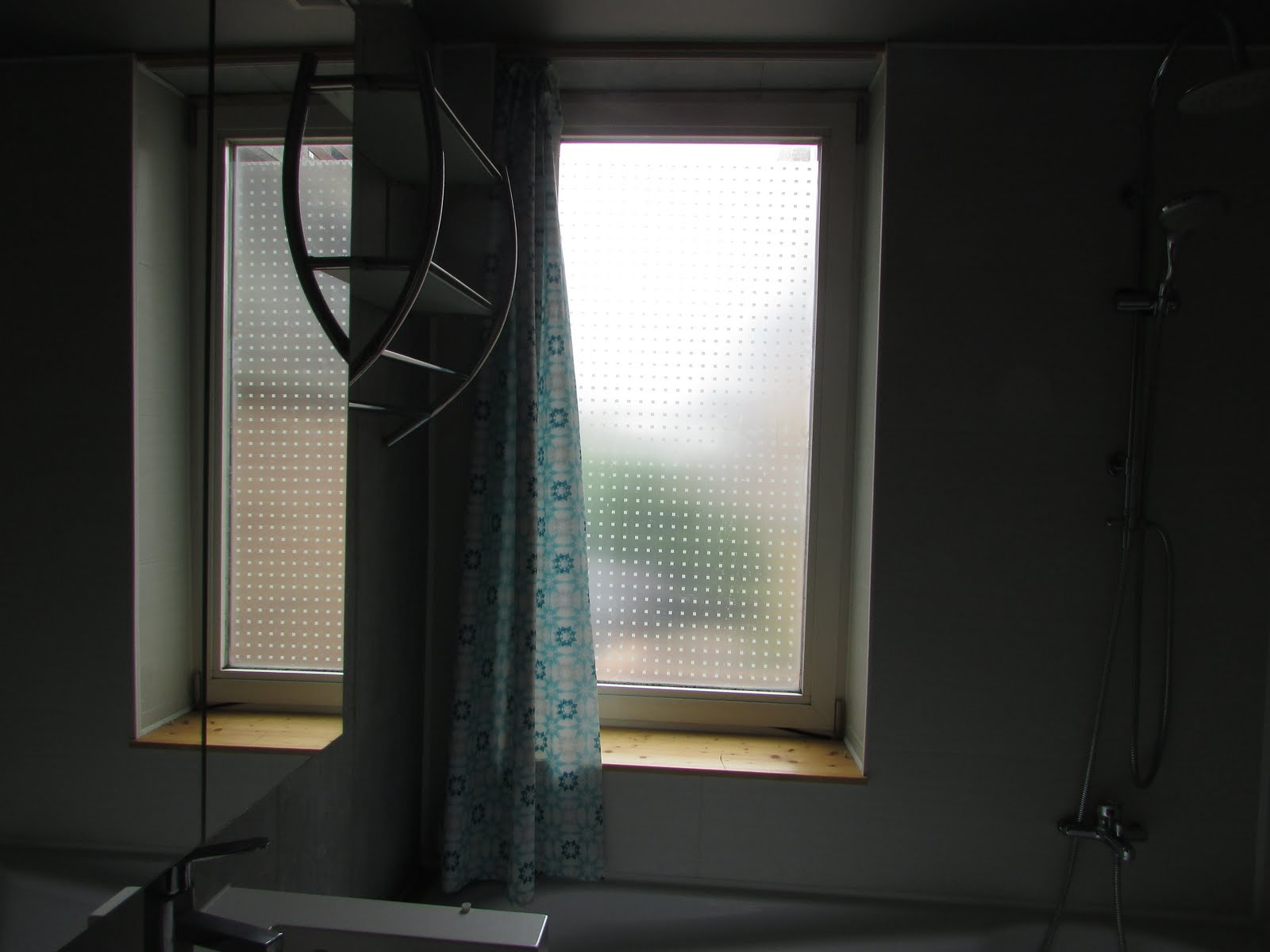om deftig aan het raam te kunnen moest de inboedel zoals het bad in de badkamer er uit dan werd de bekleding rond het raam en een deel van het vals