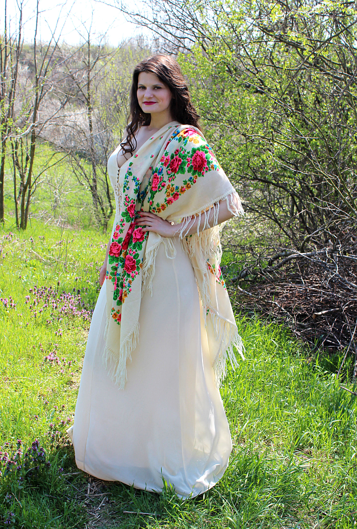 summer outfit, maxi dress with Romanian ethnic scarf, 70s style, bohemian style