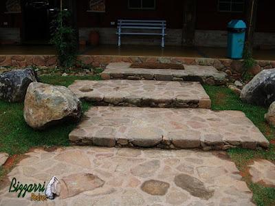 Escada de pedra, com pedra moledo, assentado na massa de cimento e areia.