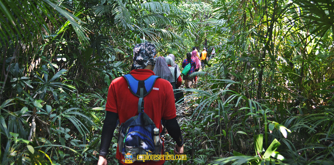 jalur trekking ke mercusuar ujung jaya