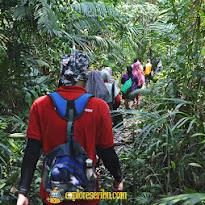 aktivitas trekking menuju menara suar ujung jaya ujung kulon