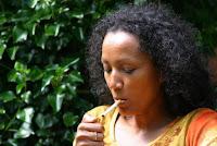 Dejar de fumar es mejor incluso que haber fumado poco siempre  noticiasdelaciencia.com  Fumar cigarrillos está asociado con un declive acelerado de la función pulmonar y con un aumento en el riesgo de padecer enfermedades en los pulmones, pero, dado que los fumadores que fuman poco son a menudo excluidos de las investigaciones clínicas sobre efectos del tabaco en la salud, es muy poco lo que se sabe de las consecuencias del tabaquismo sobre la salud pulmonar en este grupo. Unos investigadores han analizado ahora el impacto de la intensidad y la duración del hábito de fumar sobre la salud pulmonar en personas de diversos grupos de fumadores, incluyendo a este, a lo largo de un periodo de seguimiento de 30 años.  El equipo de Amanda Mathew, de la Escuela Feinberg de Medicina, dependiente de la Universidad del Noroeste en la ciudad estadounidense de Chicago, ha analizado datos de 3.140 personas recogidos durante tres décadas. Cuando fueron inscritos, los participantes vivían en cuatro ciudades estadounidenses (Birmingham, Chicago, Minneapolis y Oakland) y su edad promedio era de 25 años. Casi la mitad eran afroamericanos, y casi la mitad había fumado en algún momento de sus vidas.  En comparación con aquellos que nunca habían fumado, los que eran muy fumadores de forma continuada experimentaron el mayor declive en la función pulmonar. Además, tenían una probabilidad 26 veces mayor de desarrollar enfisema y 8 veces mayor de desarrollar enfermedad pulmonar obstructiva.  Los investigadores examinaron asimismo el riesgo del tabaco para la salud pulmonar entre quienes fumaban poco. En el estudio se comparó a fumadores empedernidos pero moderados con aquellos que lo habían dejado. Pese a que el grupo de quienes habían abandonado el tabaco había estado fumando más cigarrillos diarios que aquellos que fumaban de forma moderada, los primeros resultaron tener una mejor función pulmonar, así como un riesgo menor de desarrollar enfisema, que los fumadores empedernidos de baja inte