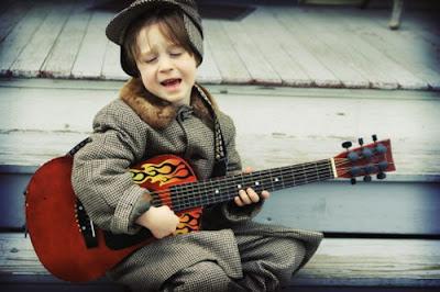 Những lợi ích từ việc cho trẻ học học đàn guitar